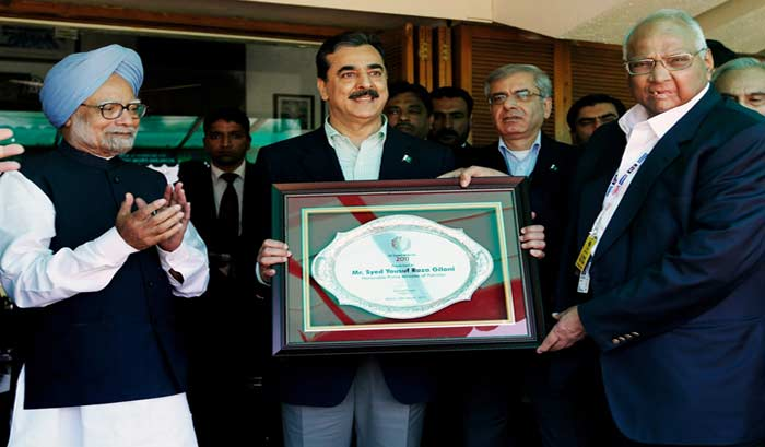 Pakistan's Prime Minister Syed Yusuf Raza Gilani is presented a memento from the International Cricket Council (ICC) by the ICC President Sharad Pawar as Indian Prime Minister Manmohan Singh applauds. (AP Photo)