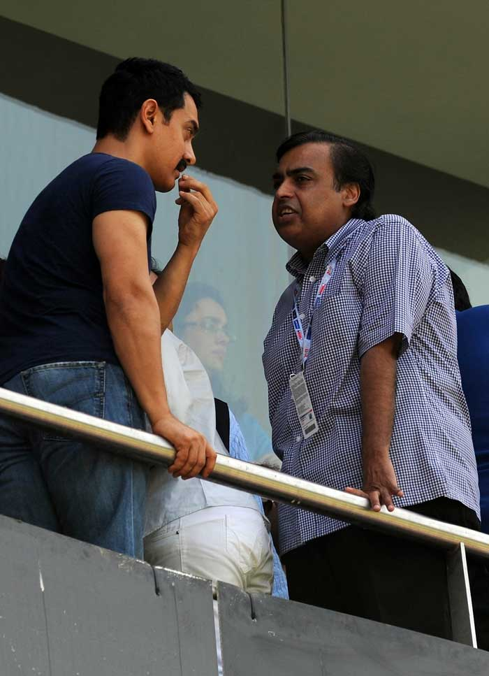 Aamir and Mukesh indulge in a serious discussion.<br>(Photo: AFP)