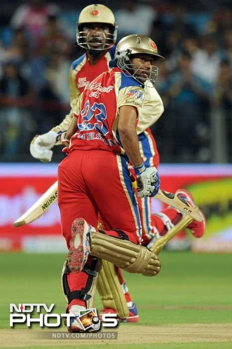 Chris Gayle and Tillakaratne Dilshan smashed the Pune bowlers for a strong opening stand of 80 runs.