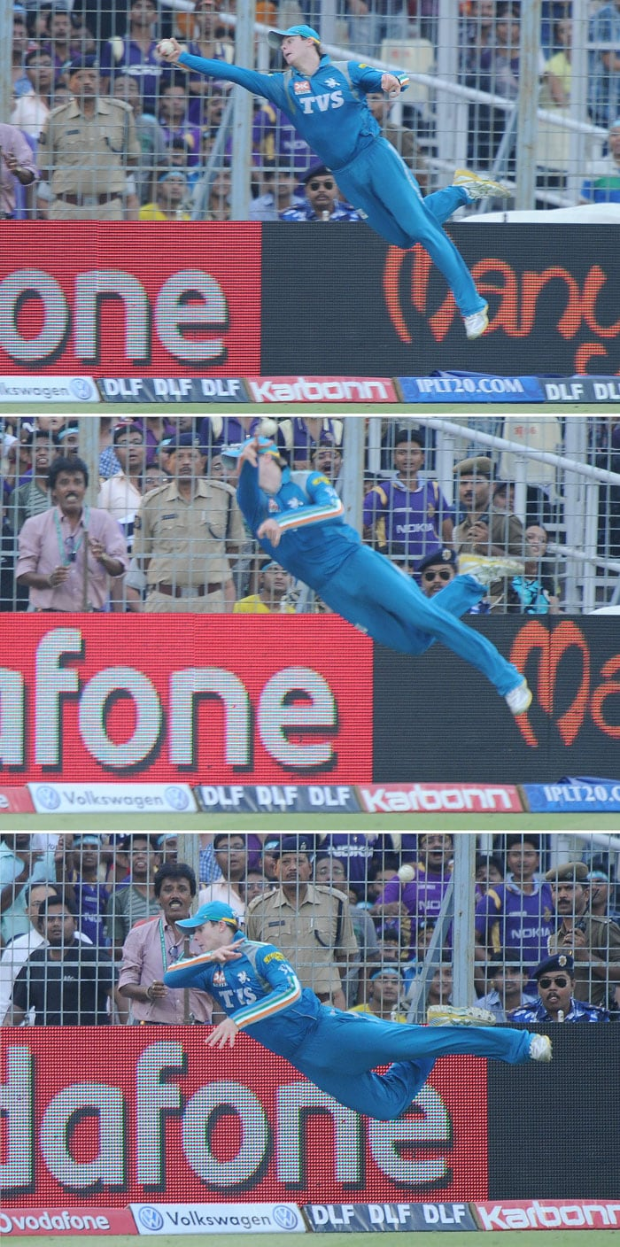 Steven Smith of Pune in action as he averted a six with this spectacular piece of fielding. (AFP Photo)