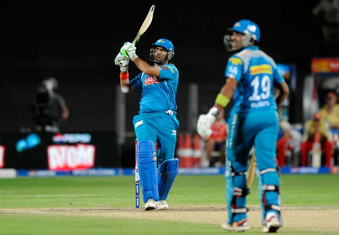 Yuvraj Singh and Uthappa then tried hard to maintain the momentum with the required run-rate climbing up all the time. They added 31 runs in 4 overs before Yuvraj tried a flat-batted pull off Vinay Kumar, only to give a simple catch to De Villiers at long-on. His promising innings of 16 from 11 was cut short yet again. (BCCI Image)