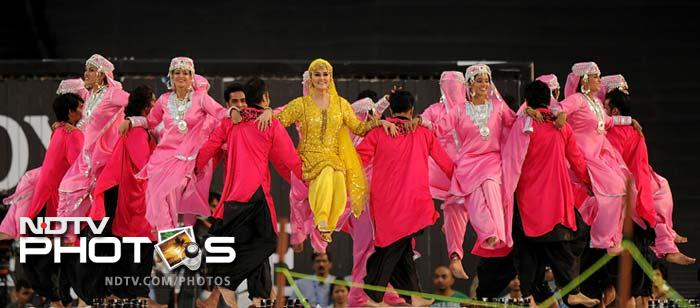 Bollywood actress Preity Zinta (C) performs during the ceremony before the IPL Twenty20 cricket match between Pune Warriors India and Kings XI Punjab at the Subrata Roy Sahara Stadium in Pune. (AFP PHOTO/Punit PARANJPE)