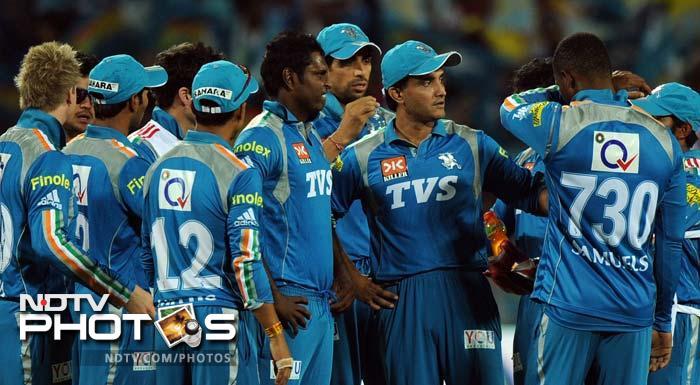 Pune Warriors India cricketers listen to captain Sourav Ganguly (3R) during the IPL Twenty20 cricket match against Chennai Super Kings at the Subrata Roy Sahara Stadium in Pune. (AFP PHOTO/Indranil MUKHERJEE)