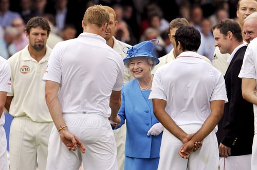 Britain's Queen Elizabeth II shakes hands with England's Andrew Flintoff as she meets the England and Australian teams during the lunch break on the second day of the second Test match at Lords in London. (AFP Photo)