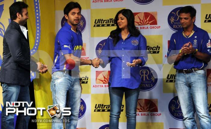 Sreesanth shakes hand with Shilpa while Raj Kundra and Dravid look on.