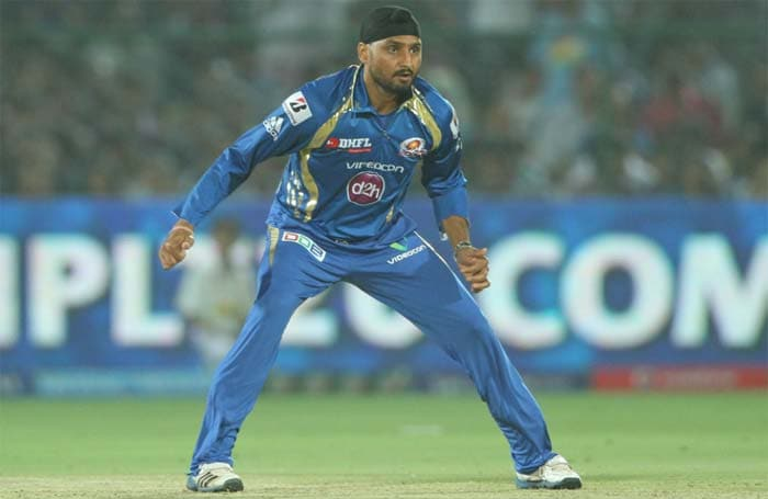 Again Rajasthan's momentum was halted as Malinga gave away just 5 runs in the next over. This made Yagnik try to hit a Harbhajan delivery (next over) for a 'reverse flick'. Sachin Tendulkar completed a good catch at short fine leg to dismiss Yagnik for 34 runs off 24 balls. (BCCI Image)