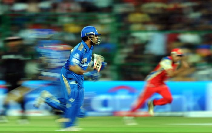 Mumbai Indians captain Sachin Tendulkar runs between the wickets during the IPL Twenty20 match against Royal Challengers Bangalore at the M.Chinnaswamy Stadium in Bangalore. (AFP PHOTO)