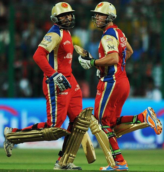 Royal Challengers Bangalore batsmen AB de Villers and Tillakratne Dilshan, who formed a key partnership, run between the wickets during the IPL Twenty20 cricket match against Mumbai Indians at the M.Chinnaswamy Stadium in Bangalore. (AFP PHOTO)