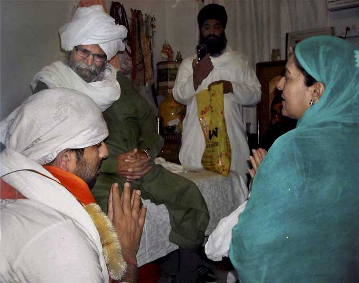 Yuvraj Singh and his mother Shabnam with their Guru Ram Singh in Fatehgarh Sahib. Yuvraj had credited his success in the World Cup to his Guru. (PTI Photo)