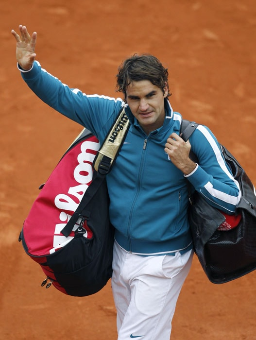 World No.1 Roger Federer waves to the crowd after he defeated Switzerland's Stanislas Wawrinka. (AFP PHOTO)