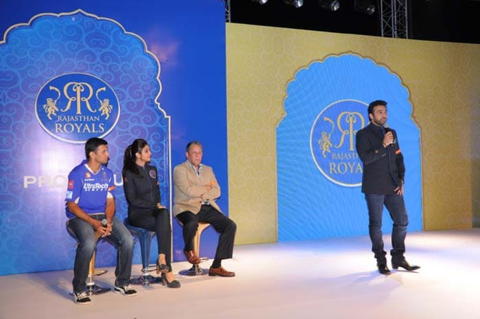Raj Kundra addressing the royal audience while Rahul Dravid, Shilpa shetty and Ranjit bharthakur (chairman of Smile India) seen in the background listening to him carefully.