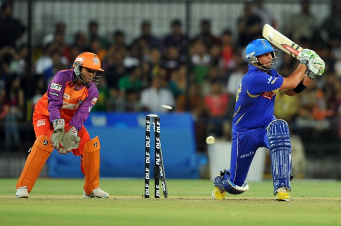 Rajasthan Royals captain Shane Warne (R) is bowled out by Kochi Tuskers Kerala bowler Brad Hodge as wicketkeeper Parthiv Patel (L) watches during the IPL Twenty20 cricket match at the Holkar Stadium in Indore. (AFP PHOTO)
