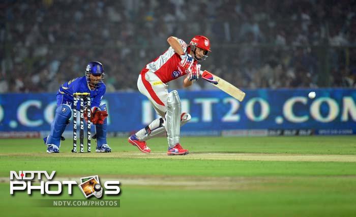 Rajasthan Royals wicketkeeper Shreevats Goswami looks on (L) as Kings XI Punjab captain Adam Gilchrist plays a shot during the IPL Twenty20 cricket match at the Sawai Mansingh Stadium in Jaipur. (AFP PHOTO/RAVEENDRAN)