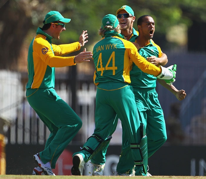 Smith's strategy to open the bowling with Robin Peterson did wonders as the left-arm spinner captured 3 early wickets including 2 in his first over. (Getty Images)