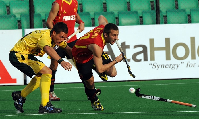 South African hockey player Rhett Halkett (L) in action against Spanish hockey player Roc Oliva (R) during their hockey World Cup 2010 match at the Major Dhyan Chand Stadium in New Delhi. (AFP Photo)