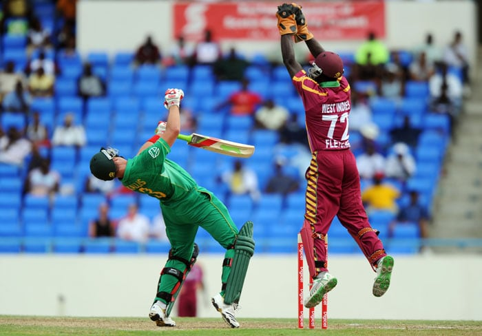 South African cricketer Jacques Kallis avoids a bouncer off West Indies bowler Darren Sammy as wicketkeeper Andre Fletcher jumps to field. (AFP PHOTO)