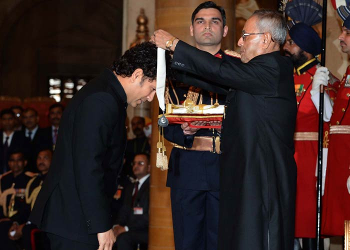 Dressed in a black <i>bandhgala</i>, Tendulkar was applauded in a small but grand ceremony. <br><br>Wife Anjali and daughter Sara were also present.