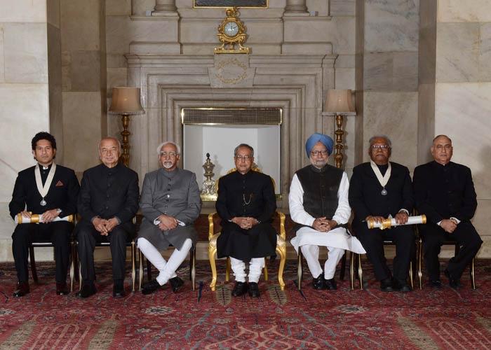 Sachin is seen with (l-r) Home Minister Sushil Kumar Shinde, Vice-President Hamid , Ansari, President Pranab Mukherjee, Prime Minister Manmohan Singh, Professor CNR Rao and Home Secretary Anil Goswami.