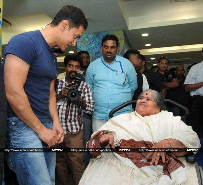 Actor Aamir Khan was present too and is seen here with Sachin's mother Rajni.