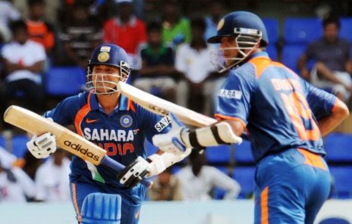 Rahul Dravid and Sachin Tendulkar run between wickets during the Compaq Cup tri-series final match against Sri Lanka in Colombo. (AFP Photo)