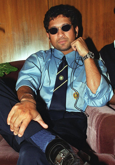 <b>Music to my ears!</b><br><br>An easy going Sachin listens to his favourite tunes. (AFP Photo)