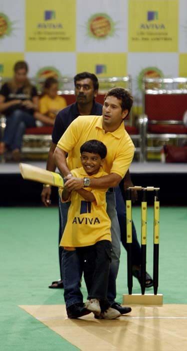 <b>Teaching the Technique</b><br><br>Sachin takes on the job of teaching! (AFP Photo)