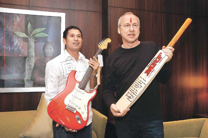 "Sachin, who is a self-proclaimed Mark Knopfler fan, met the British guitarist at a Mumbai hotel in 2005. <br><br><a href=""http://www.mid-day.com/"" class=""fn fl""><span class=""fr""><b>(Courtesy: Mid-Day.com)</b></span></a>"