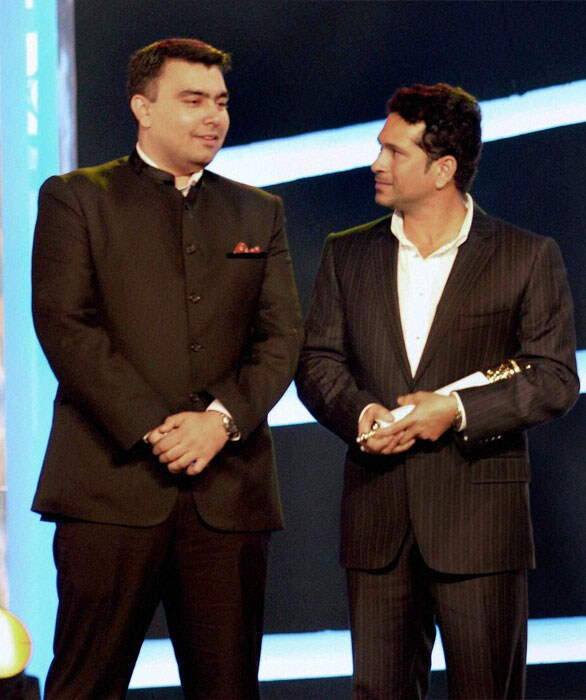 Gagan Narang, gold medal winning shooter of the Commonwealth Games, chats with Sachin Tendulkar during the Sahara Sports Awards 2010. (PTI Photo)
