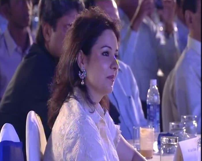 Anjali Tendulkar looks on as hubby Sachin Tendulkar receives the Polly Umrigar Award for being India's best cricketer of 2009-10.