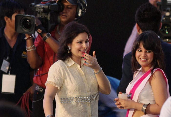 Sakshi Dhoni and Anjali Tendulkar, wives of star cricketers MS Dhoni and Sachin Tendulkar, stole the limelight at the BCCI Awards in Mumbai.