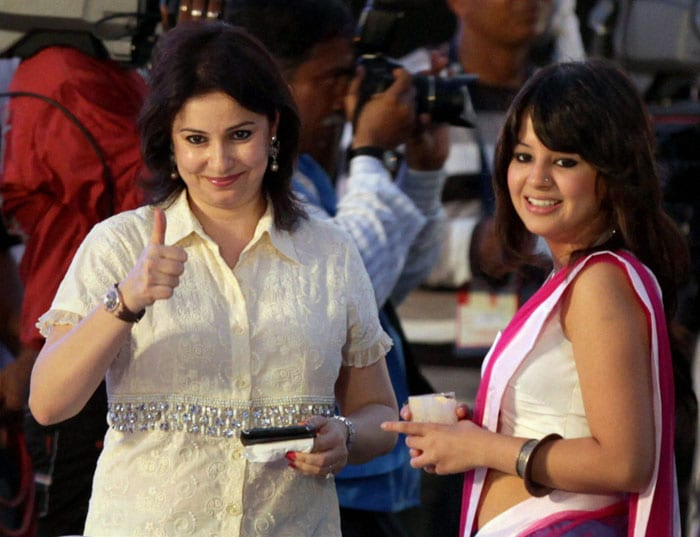 Anjali gives the team a thumbs-up, as Sakshi looks on.