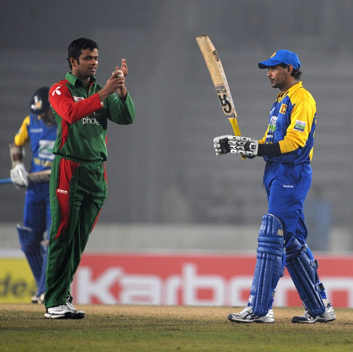 Sri Lanka's Tillakaratne Dilshan acknowledges the crowd as Bangladesh's Abdur Razzak congratulates him after scoring a half-century during their first One-Day International of the tri-series in Dhaka. (AFP Photo)