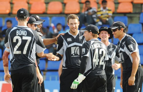 New Zealand's captain Daniel Vettori celebrates with teammates after the dismissal of Sri Lanka's Thilina Kandamby during the first ODI of the Tri-Nation Championship trophy in Colombo. (AFP Photo)