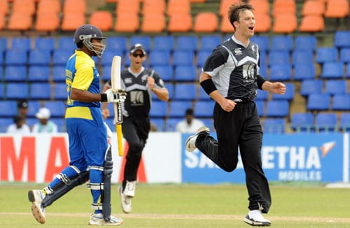 New Zealand's Shane Bond celebrates the dismissal of Sri Lanka's Mahela Jayawardene during the first ODI of the Tri-Nation Championship trophy in Colombo. (AFP Photo)