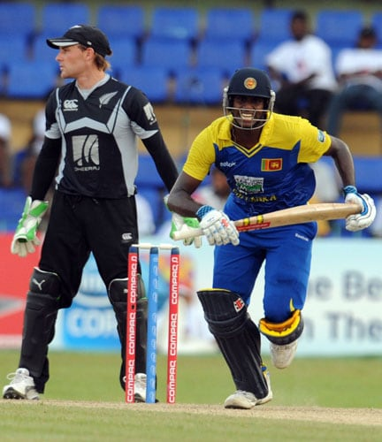 Sri Lanka's Angelo Mathews runs between wickets as New Zealand's wicketkeeper Brendon McCullum looks on during the first ODI of the Tri-Nation Championship trophy in Colombo. (AFP Photo)