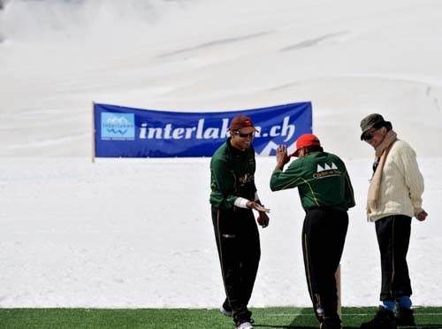 Former Indian cricketer Ajay Jadeja (L) and Mohammed Mansur Ali Khan (R) share a joke with former West Indian cricketer Allvin Kallicharran during a cricket match on snow in Bernese Alps in Switzerland. (AFP Photo)