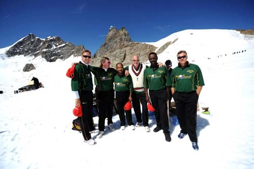 Former cricketer Chris Broad (England), Geoff Howarth (New Zealand), Allvin Kallicharran (West Indies), John Emburey (England), Collis King (West Indies), and Neal Radford (England) pose for a picture, during a cricket match on snow in Bernese Alps in Switzerland. (AFP Photo)