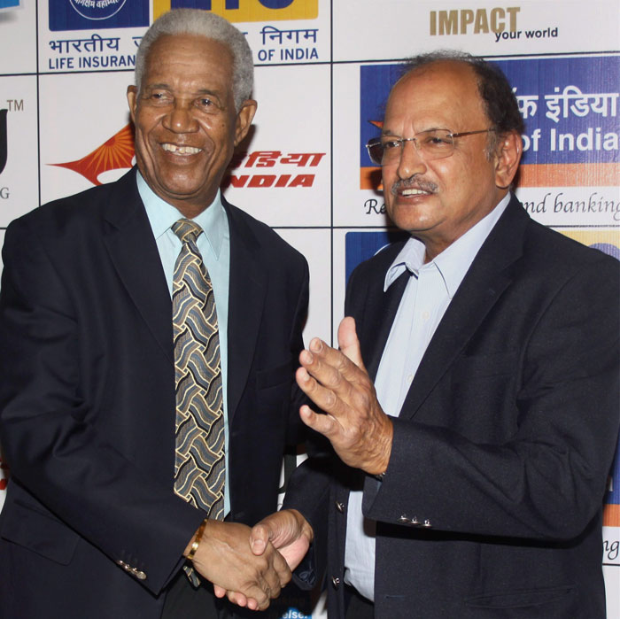 Former West Indian cricket player Garry Sobers (L) along with former Indian cricket player Ajit Wadekar during a press conference at Mumbai Cricket Academy. (PTI Photo)