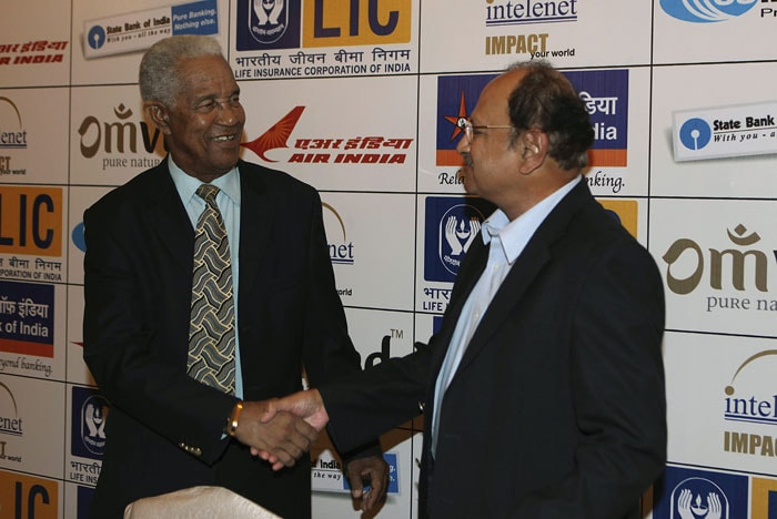 Former West Indies captain and all rounder Gary Sobers, left, shakes hands with former Indian cricketer Ajit Wadekar during an event in Mumbai. (AP Photo)