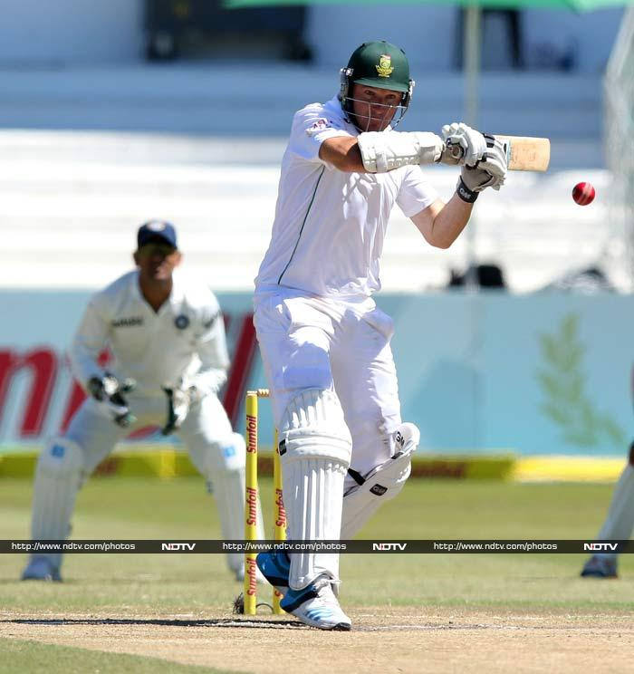Graeme Smith (in pic) and Alviro Petersen came out with just 58 needed. <br><br>Both batsmen played with sensibly and stroked their way past the finish line.