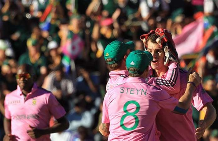 Ryan McLaren and Lonwabo Tsotsobe bagged three wickets apiece to help South Africa register a 34-run win over Pakistan.