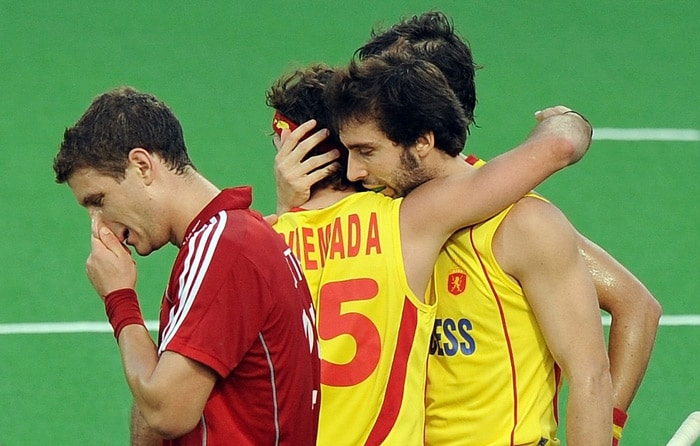 Spanish hockey player Eduard Tubau (2R,#10) celebrates after scoring a goal against England with teammate Pau Quemada (2L) as English hockey player Richard Smith (L) passes by during their World Cup 2010 match at the Major Dhyan Chand Stadium in New Delhi. (AFP Photo)