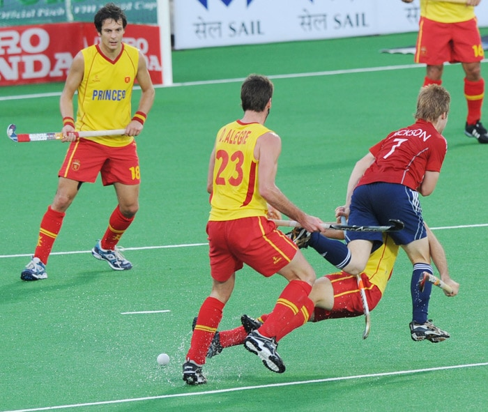 Spanish hockey players Rodrigo Garza (L) and David Alegre (2L) watch as Spanish hockey player Miguel Delas (C) and English hockey player Ashley Jackson (2R) fall during their World Cup 2010 match at the Major Dhyan Chand Stadium in New Delhi. (AFP Photo)