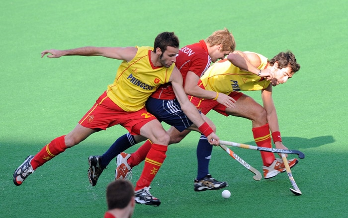 Spanish hockey players David Alegre (L) and Alex Fábregas (R) tackle English hockey player Ashley Jackson (C) during the World Cup 2010 match between Spain and England at the Major Dhyan Chand Stadium in New Delhi. (AFP Photo)