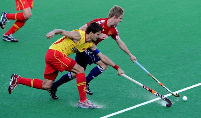 Spanish hockey captain Pol Amat (L) in action against English hockey player Ashley Jackson (R) during the World Cup 2010 match between Spain and England at the Major Dhyan Chand Stadium in New Delhi. (AFP Photo)