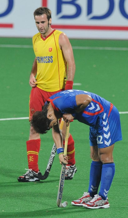 Spanish hockey player David Alegre (L) watches as South Korean hockey player Jang Jong Hyun (R) reacts after the defeat during their World Cup 2010 classification match for the 5th and 6th place at the Major Dhyan Chand Stadium in New Delhi. Spain defeated South Korea by 2-0. (AFP Photo)