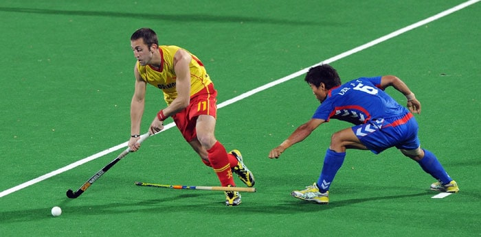 Spanish hockey player Roc Oliva (L) and South Korean hockey player Lee Nam Yong (R) vies for the ball during their World Cup 2010 classification match for the 5th and 6th place at the Major Dhyan Chand Stadium. (AFP Photo)