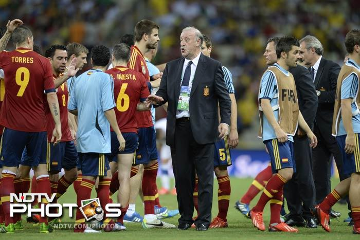 Italy almost broke through in the third minute of the extra period when Giaccherini rattled the post with a rising left-foot drive. <br> Del Bosque elected to swap Torres for holding midfielder Javi Martinez, but it gave Spain momentum, with Pique and Jordi Alba both going close. (In image: Spain coach with players)