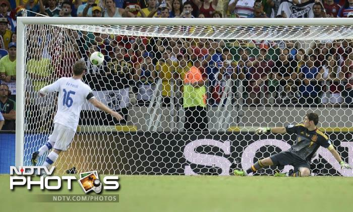 Italy started the penalty proceedings with Candreva who promptly converted. (In image: Daniele de Rossi converts his penalty)