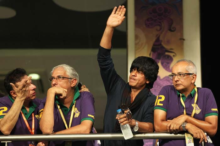 The Bollywood star does not let his various moods affect his connection with his fans.<br><br>Ecstatic SRK waves to his fans who came in large number at Eden Gardens to have just a glimpse of the superstar.(Image BCCI)